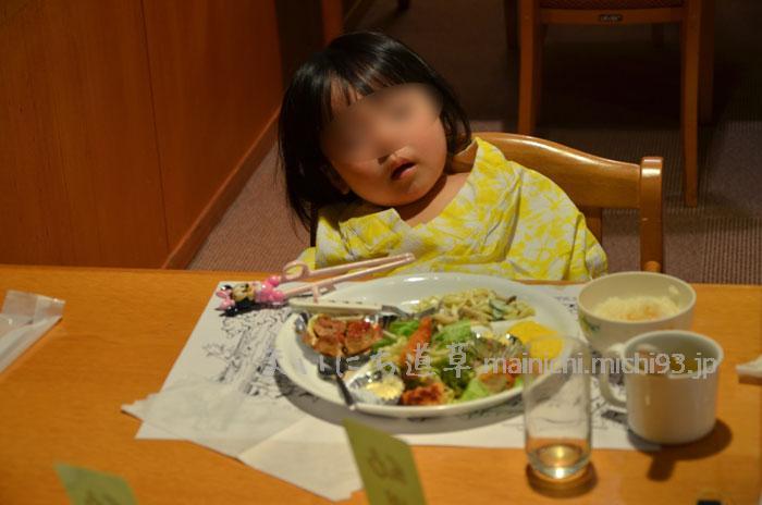食卓で寝落ち次女