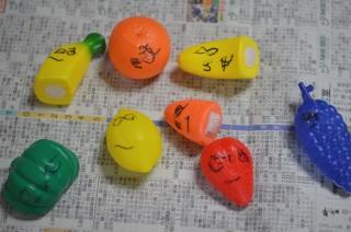 野菜のおもちゃに顔を描く次女(2歳10ヵ月)