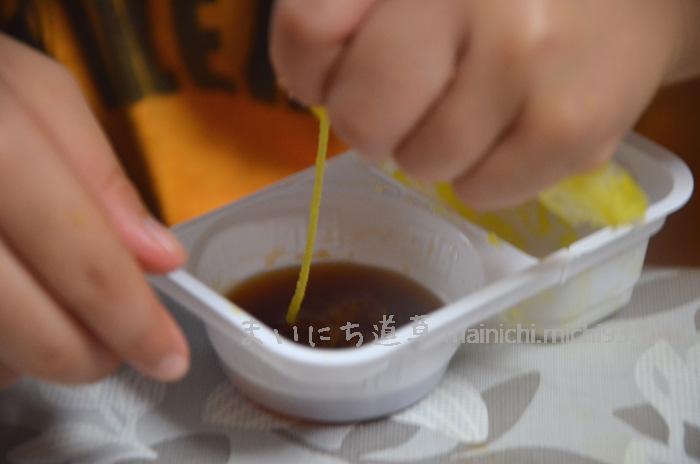 ラーメンスープに、めんを絞り出す
