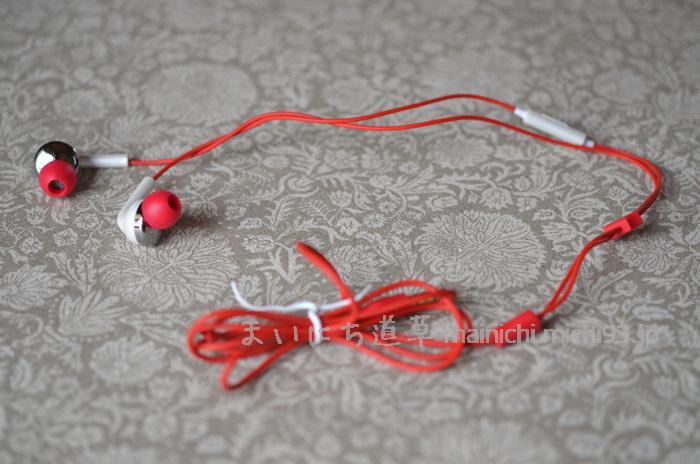 赤いコードのイヤホンマイク