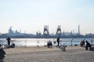 東京湾の人工島にある「川崎・東扇島西公園」は釣りに便利。なんと釣りエサ自販機がある!