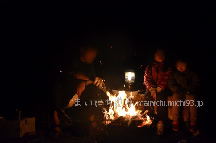 たき火を見ながら、子供たちがうとうと…