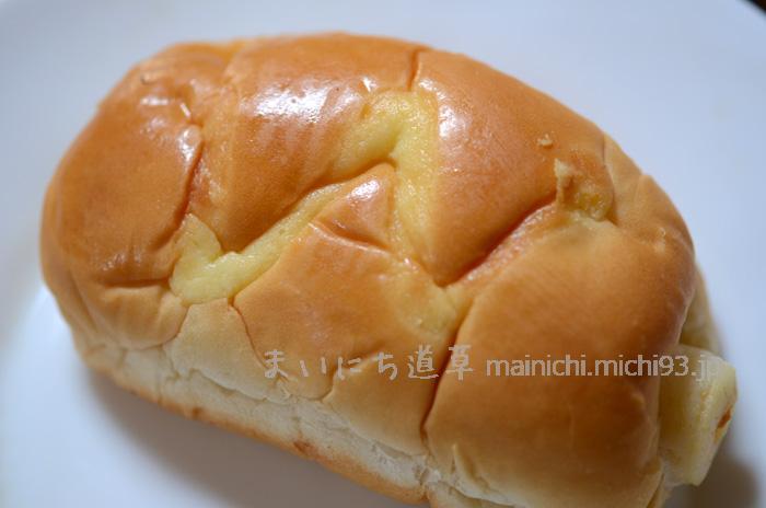 ロールパンに、ちくわ丸ごとインしてある