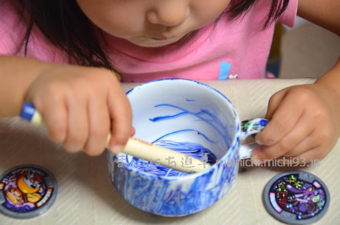 ひたすらカップを青く塗る次女(2歳)