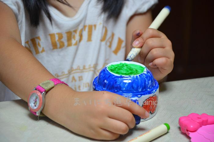 好きな絵を描く長女(5歳)